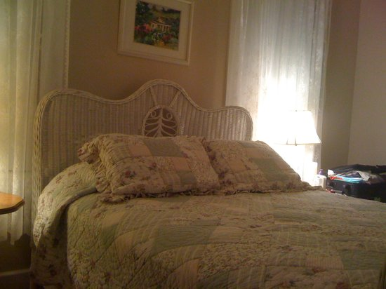 Fog's End Bed & Breakfast: The Romantic Wicker Bed