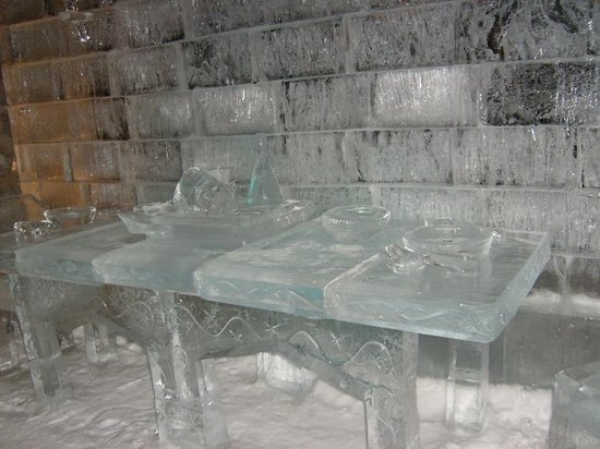 Edmonton, Kanada: Winter Festival....Ice Carving.....Dining Table