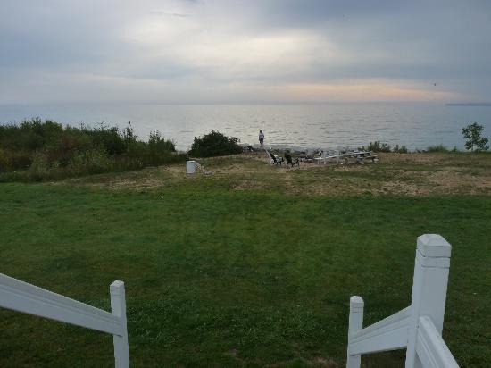 Bay View Motel: Fire pit and Lake Huron