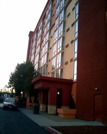 Holiday Inn Reno-Sparks: Back of hotel where pool is