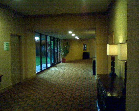 Holiday Inn Reno-Sparks: Breezeway or hallway from lobby to exercise room and elevator