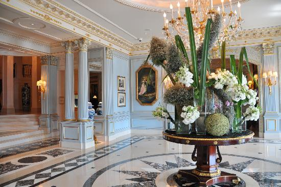 Entrance four seasons hotel des bergues picture of four for Design hotel 16 geneva