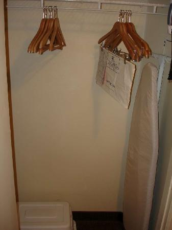 Candlewood Suites - Arlington: Closet