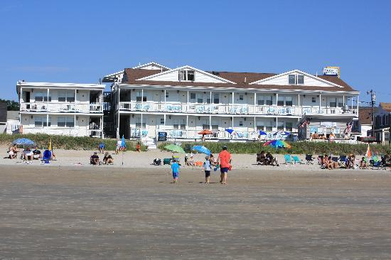 Normandie Oceanfront Motor Inn: The hotel from the beach