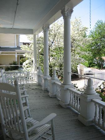 200 South Street Inn: Front porch