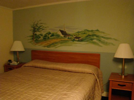 Hyannis Inn Motel: motel room