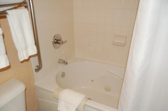 Holiday Inn Express Puyallup (Tacoma Area): jetted tub