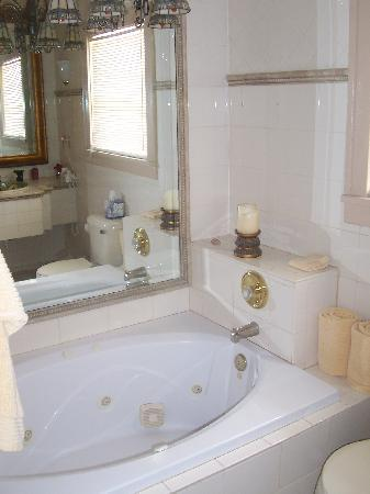 Hibiscus House: Jacuzzi Tub in Red Room