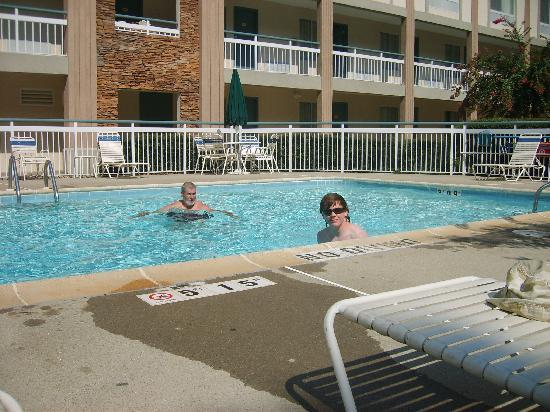 Quality Inn Northlake: at the pool