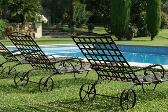 chaise longue en fer forg au petit matin picture of le balcon des alpilles. Black Bedroom Furniture Sets. Home Design Ideas