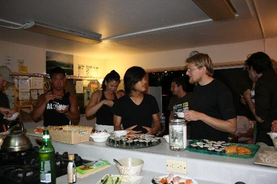 Seaside Hawaiian Hostel: sushi party at kitchen