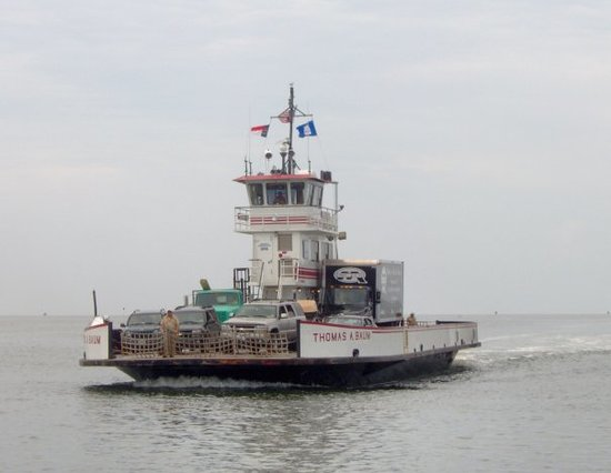 Ocracoke, Carolina del Nord: A passing ferry.