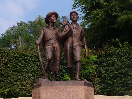 Hannibal, Миссури: Tom and Huck memorial at the foot of Cardiff Hill.