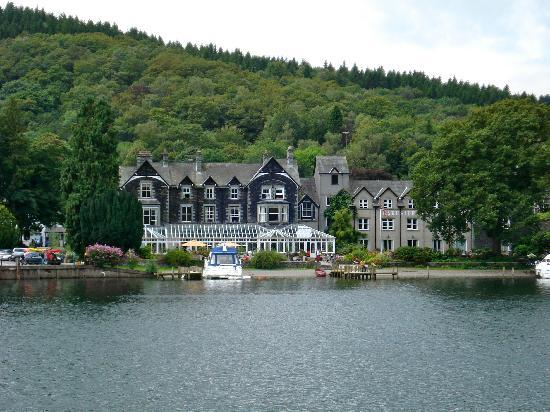 Newby Bridge, UK: Hotel as seen from the lake