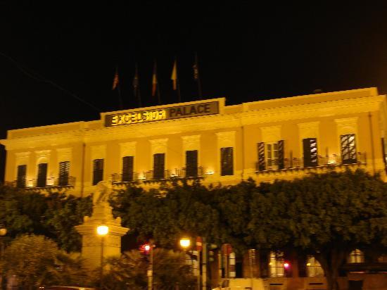 Excelsior Hilton Palermo : Hotel at night