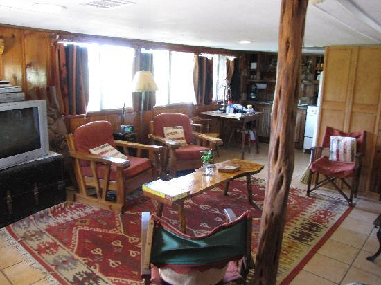 Country Woods Inn: Saddle House Reading Area