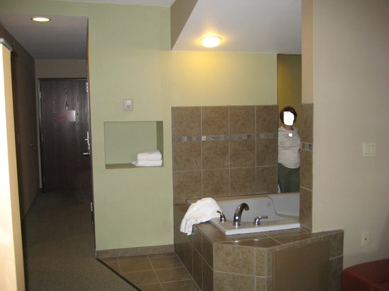 Comfort Inn & Suites: Spa tub open to living area and bathroom.