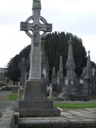 http://media-cdn.tripadvisor.com/media/photo-s/01/3e/16/8d/glasnevin-cemetery.jpg
