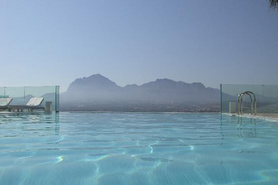 SHA Wellness Clinic: infinity pool con la sierra helada al fondo