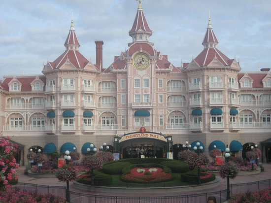 Marne-la-Vallée, France : Magic Kingdom entrance under Disneyland Hotel.