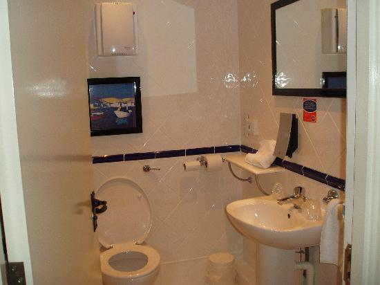 Travelodge York Hull Road: Bathroom