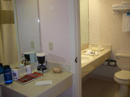 Comfort Inn: Bath and dressing area