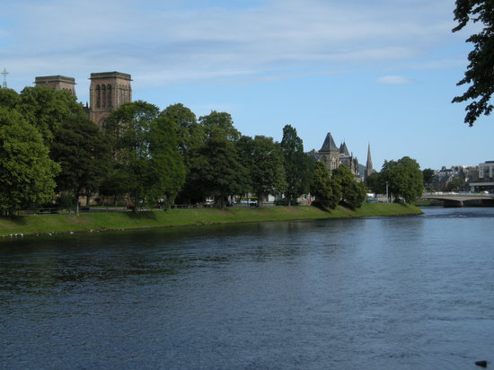 Westbourne Guest House: View along the shore of River Ness in Inverness, right at the Westbourne doorstep.