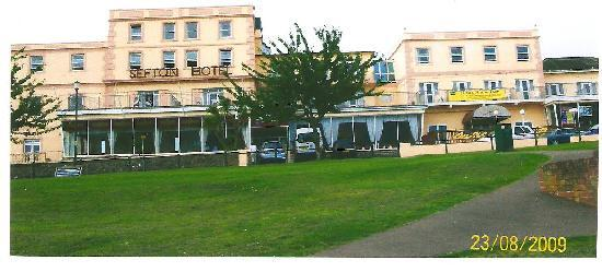 Sefton Hotel: The front of the hotel with sea views