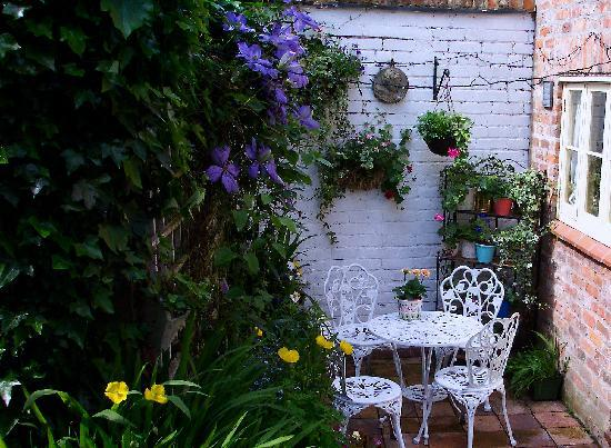 Tarvin, UK: The Patio and Garden