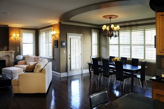 Maria's Bed and Breakfast: The dinning room-- patio door heads out onto a lovely porch perfect for win sipping