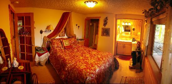 Columbia River Gorge Bed and Breakfast: Iris suit with adjustable bed and all sorts of great things