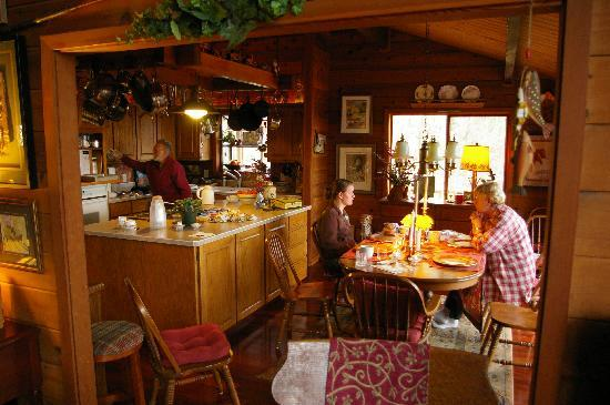 Columbia River Gorge Bed and Breakfast: Kitchen and dining room