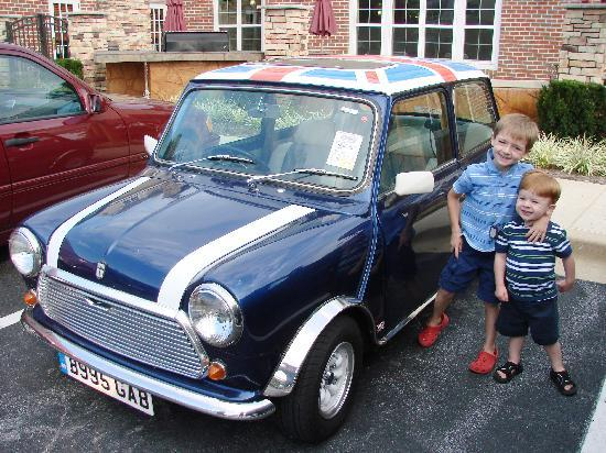 Residence Inn Frederick: Awesome classic Mini in the parking lot at check out