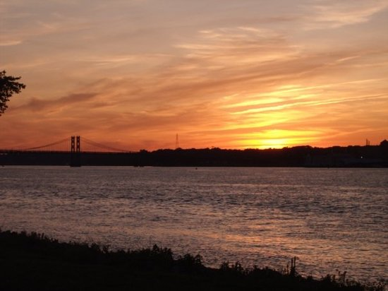 Davenport, Αϊόβα: July 09 a beautiful sunset over the Mississippi River.