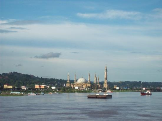 Samarinda, Indonesia: Islamic Center from jembatan Mahakam