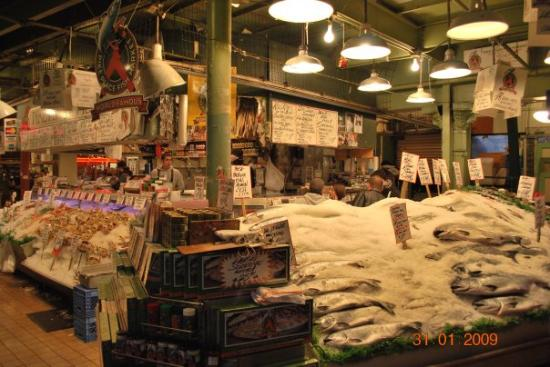 The world famous pike 39 s place fish market picture of for Famous fish market in seattle