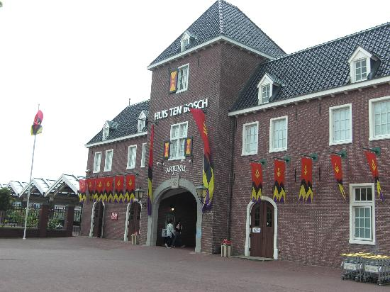 Christmas tree at entrance picture of huis ten bosch sasebo tripadvisor - Outdoor deco huis ...