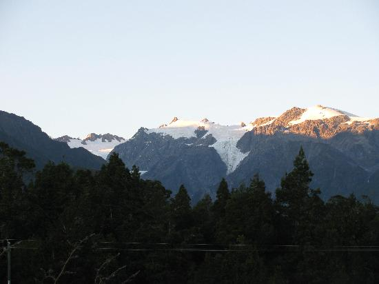 Westwood Lodge- A Select Hotel: View of the glacier from our room