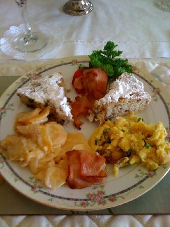 Abbey's High Street Bed and Breakfast: Beautiful arrangment of scrambled eggs, potatoes, bacon and banana and bluberry cakes