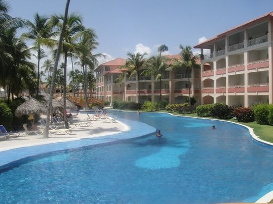 Majestic Colonial Punta Cana : The pool during the day.