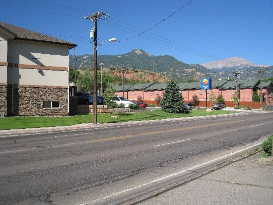 Comfort Inn Manitou Springs: The Comfort Inn is the building on te right, with a mountain view.
