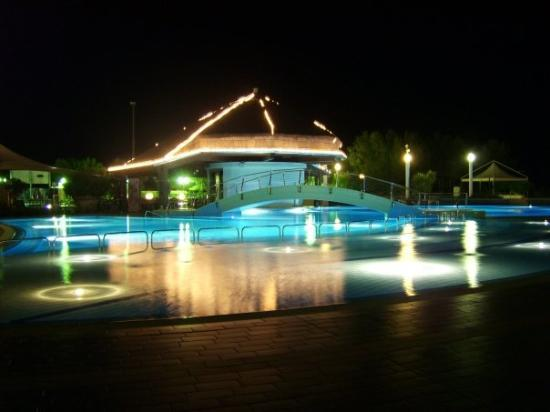 Savoy Beach Hotel: Nomal üse Hotelpool, by Night