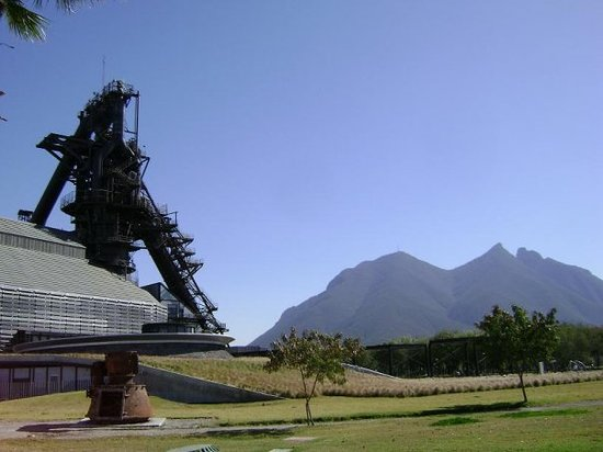 Monterrey, Mexiko: Cerro de la Silla desde Parque Fundidoda