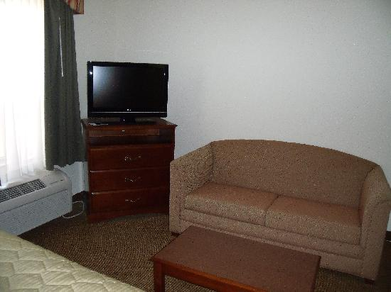 MainStay Suites: Couch and flat screen TV in front of beds