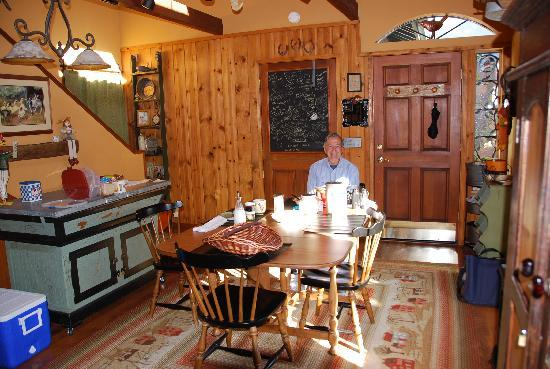 Bauers' Gilded Nest Bed and Breakfast Homestay: breakfast in the kitchen/dining area