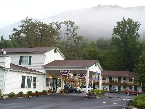 Maggie Valley Creekside Lodge: inviting landscape