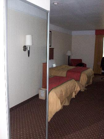 La Quinta Inn &amp; Suites Midland North: Mirror - closet door