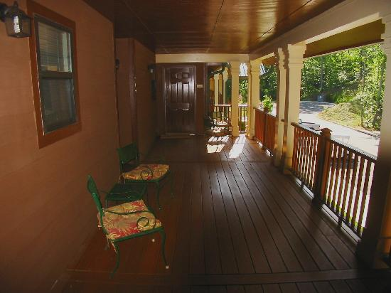 ‪‪Paradise Valley Resort‬: Lovely covered porch on second floor‬