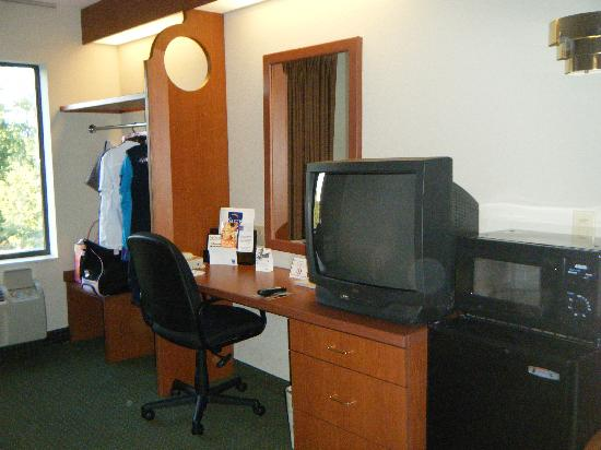 "Sleep Inn Lake Norman: Desk, ""closet"" and TV area"