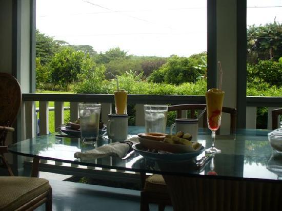 The Old Hawaiian B&B: Breakfast time...